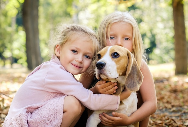 Amigos com um cachorro beagle no outono
