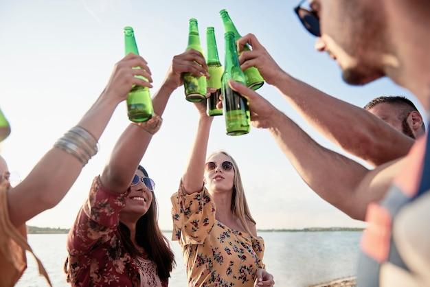 Amigos começam uma festa ao ar livre