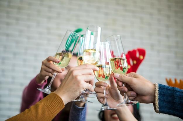 Amigos comemorando a festa de véspera de natal ou ano novo com champanhe