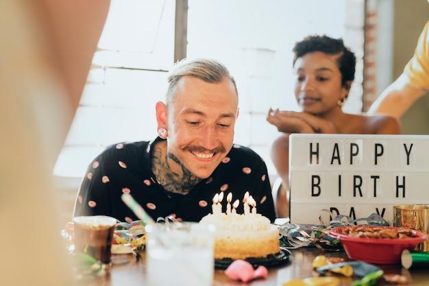 Amigos comemorando em uma festa de aniversário