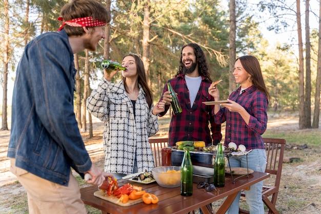 Amigos comendo comida com cerveja