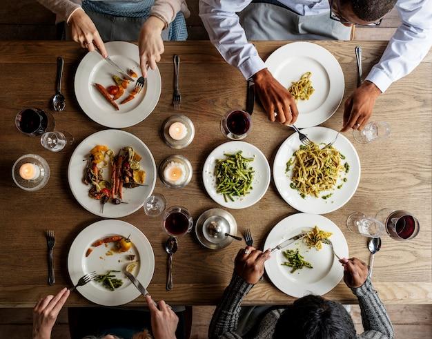 Amigos comendo comida juntos cuisine dish