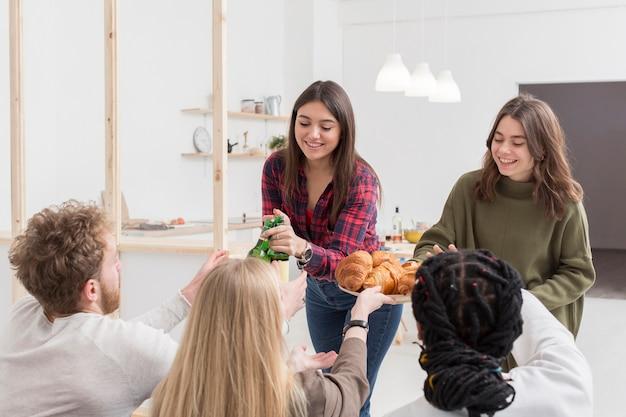 Amigos comendo em casa