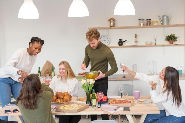 Amigos comendo juntos em casa