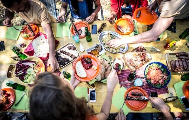 Amigos comendo no piquenique