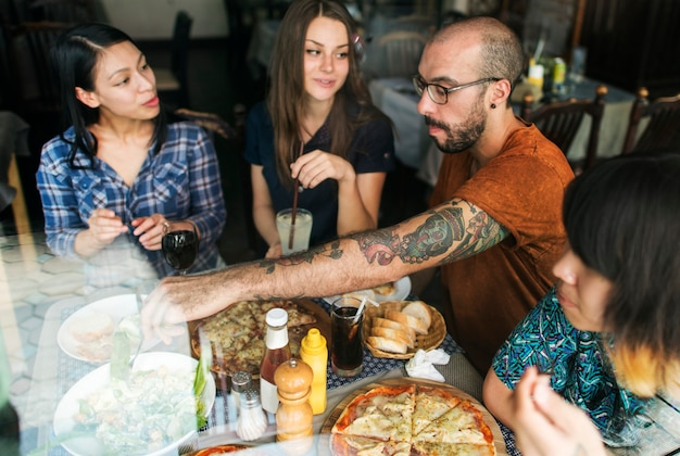 Amigos, comendo pizza, partido, junto, conceito