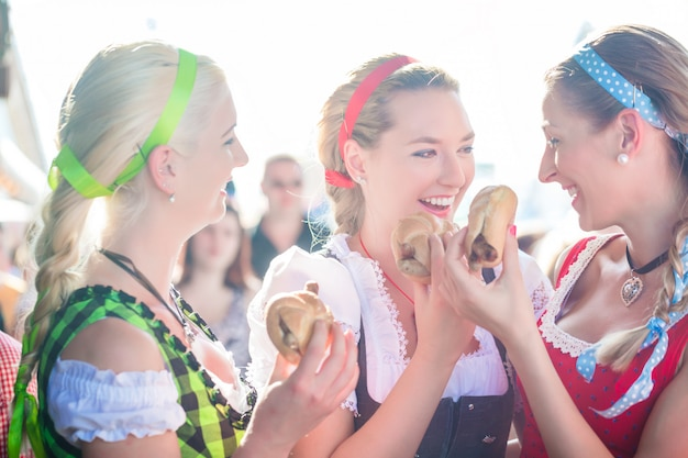 Amigos comendo salsicha grelhada na oktoberfest
