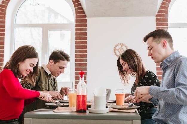 Amigos, comer, em, um, restaurante