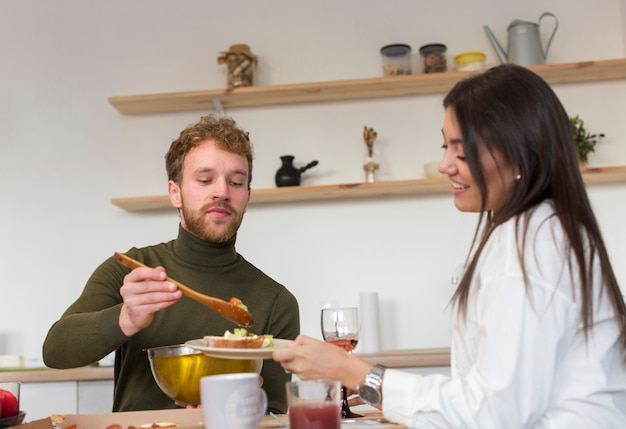 Amigos compartilhando o almoço em casa