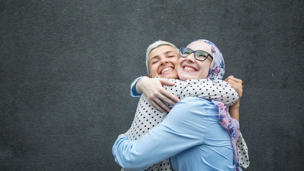 Amigos compartilhando um abraço com fundo preto