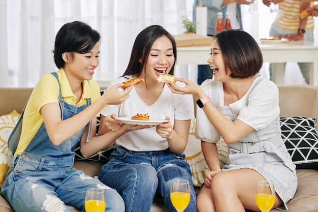 Amigos compartilhando uma pequena pizza