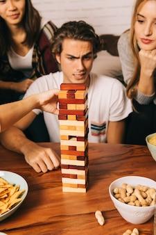 Amigos concentrados jogando no jogo de mesa