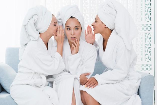 Amigos contando segredos em um spa