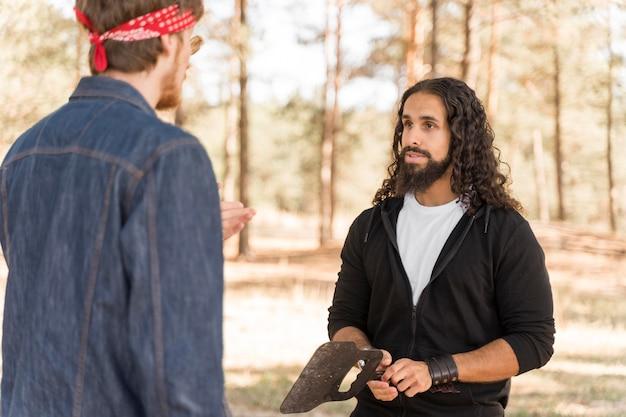 Amigos conversando ao ar livre no churrasco Foto gratuita