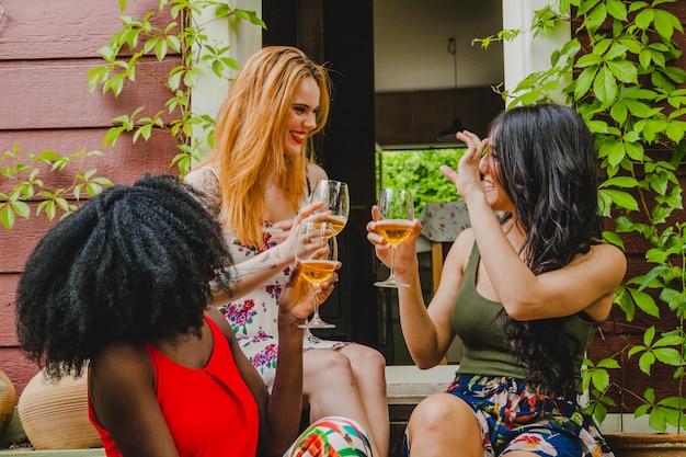 Amigos conversando com vinho