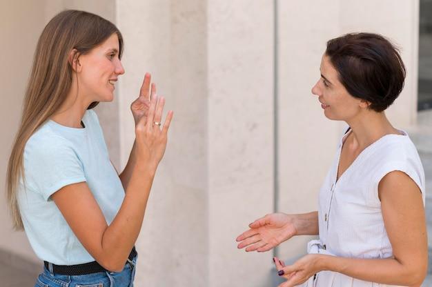 Amigos conversando entre si usando linguagem de sinais