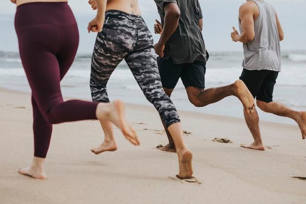 Amigos correndo juntos na praia