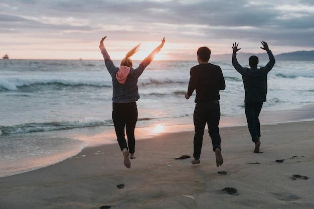 Amigos correndo na praia