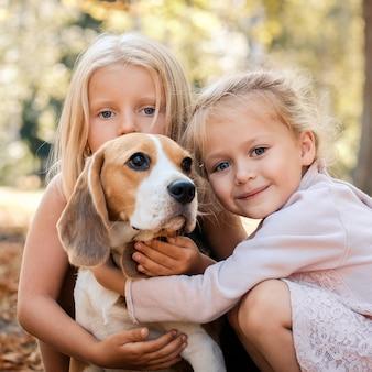 Amigos cuidadosos com um cachorro