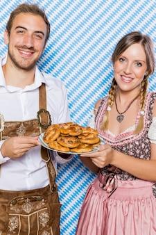 Amigos da baviera com pretzels sorrindo