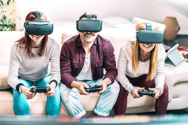 Amigos da geração do milênio brincando com óculos vr em casa