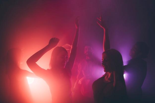Amigos dançando em disco