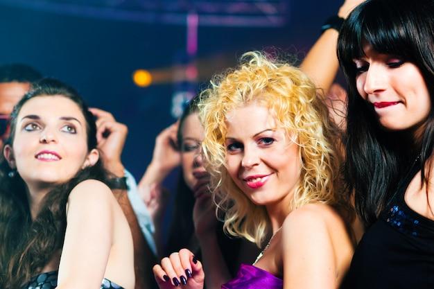 Amigos dançando no clube ou discoteca