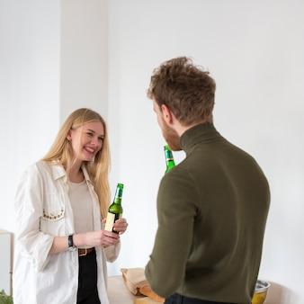 Amigos de alto ângulo, bebendo cerveja