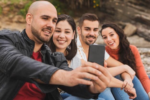 Amigos de baixo ângulo tomando selfie