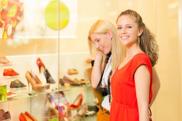 Amigos de compras de sapatos em um shopping