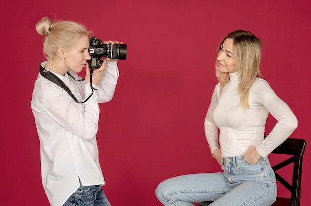 Amigos de conceito de tiro de foto tirando fotos