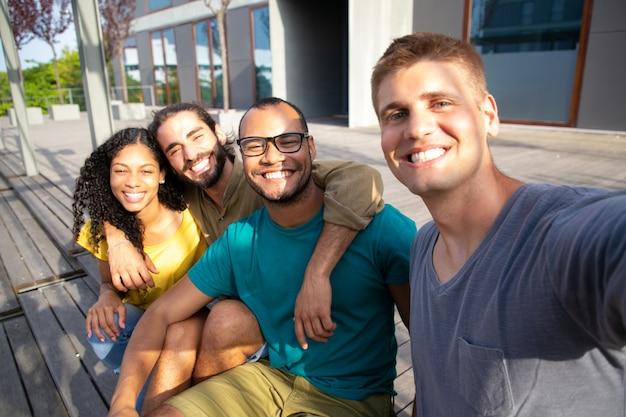 Amigos de conteúdo tomando selfie ao ar livre
