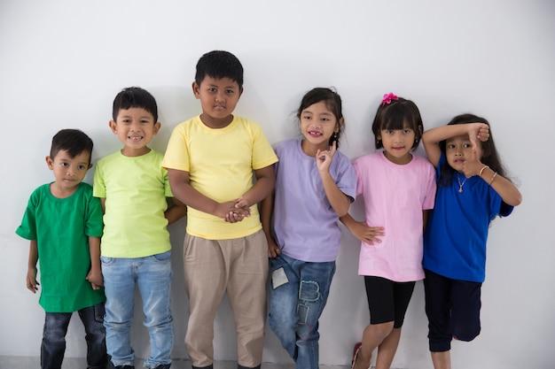 Amigos de criança asiática vestindo camiseta colorida