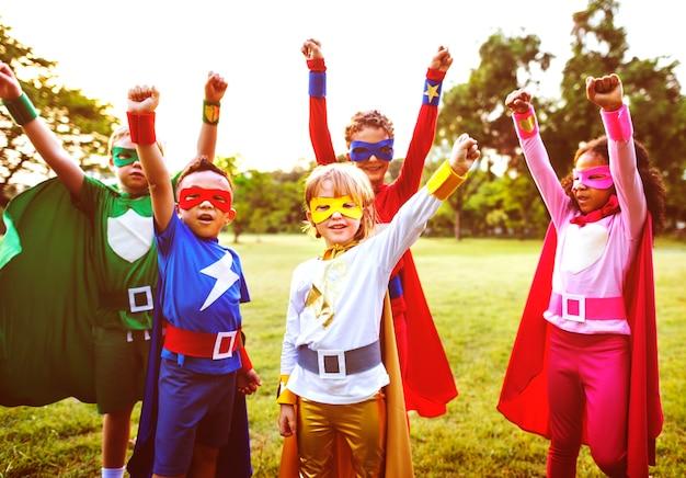 Amigos de crianças de super-heróis jogando conceito de união