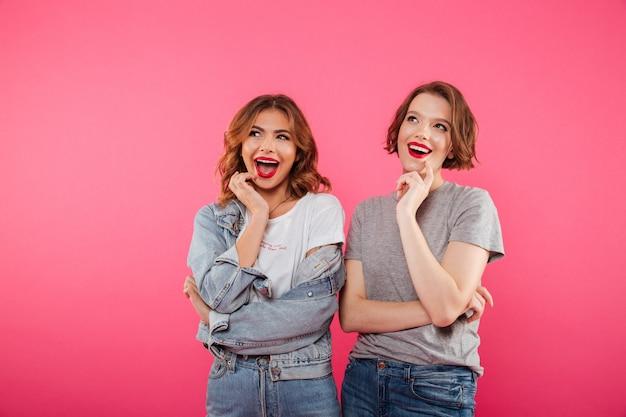 Amigos de duas mulheres alegres