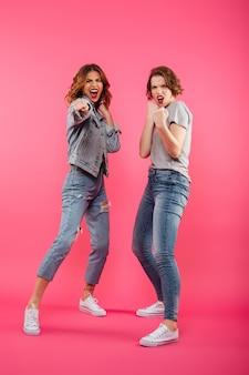 Amigos de duas mulheres com raiva, prontos para lutar.