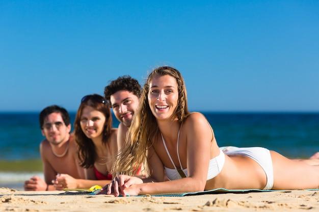 Amigos de férias de praia no verão