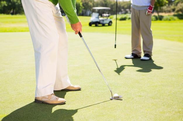 Amigos de golfe teeing fora