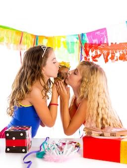Amigos de menina festa beijando cachorro chihuahua presente