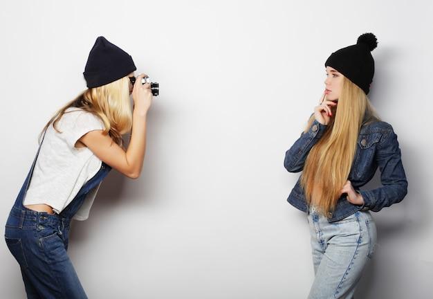 Amigos de meninas felizes tirando algumas fotos