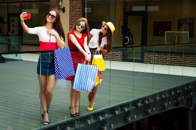 Amigos de meninas femininas muito felizes mulheres brilhantes em vestidos coloridos
