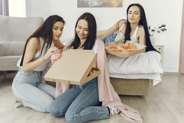 Amigos de meninas têm uma festa do pijama em casa
