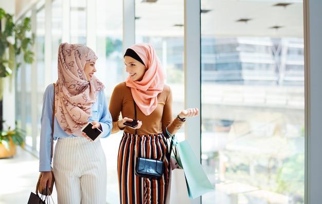 Amigos de mulheres islâmicas compras juntos no fim de semana