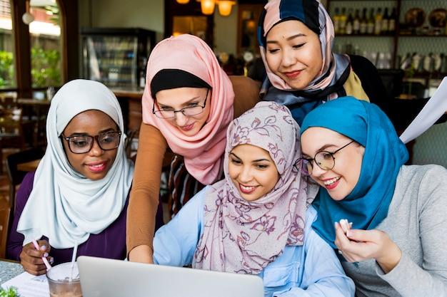 Amigos de mulheres islâmicas trabalhando juntos