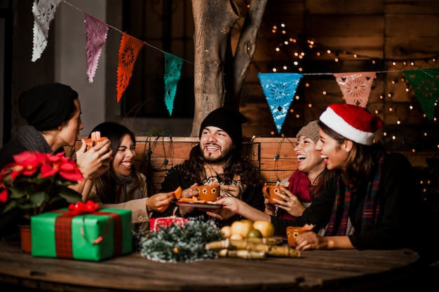 Amigos de posada mexicana comemorando o natal no méxico e se divertindo