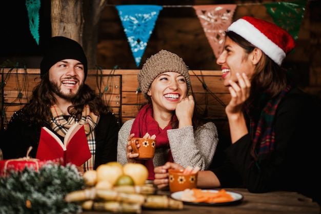 Amigos de posada mexicana comemorando o natal no méxico