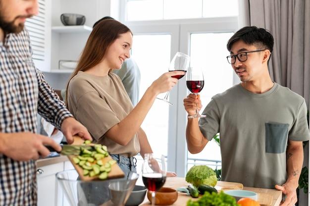 Amigos de quarto brindando com taças de vinho