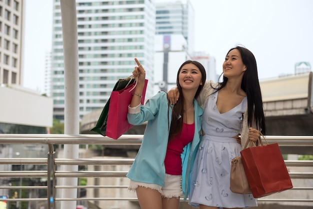 Amigos de shopaholic, compras na cidade