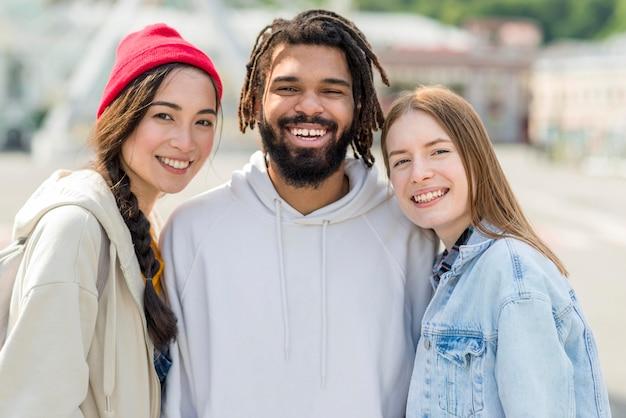 Amigos de smiley vista frontal ao ar livre
