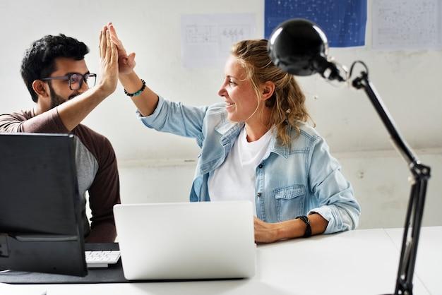 Amigos de técnicos de computador atinge as palmas das mãos juntas